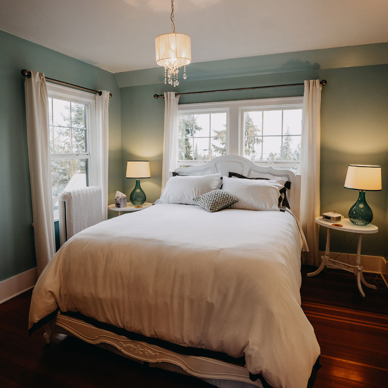 Maitland Manor is a modern bed and breakfast in Port Angeles